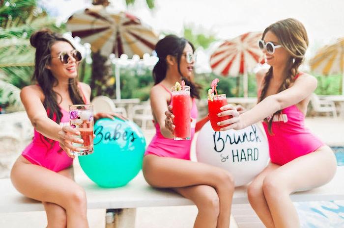 Tolle Ideen für glamourösen Junggesellenabschied, Pool Party mit erfrischenden Getränken, Dresscode Bikini