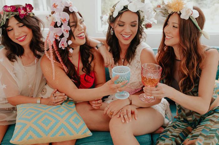 Junggesellinnenabschied mit besten Freundinnen, rote und weiße Orchideen in den Haaren