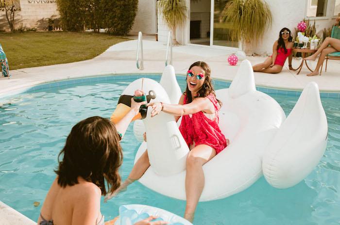Pool Party mit Freundinnen, riesiger Schwan im Pool, Bikini und Sonnenbrillen
