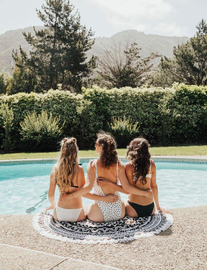 Pool Party für die Braut organisieren, Sommer Party mit besten Freundinnen vor der Hochzeit
