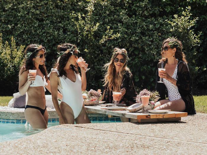 Pool Party mit Cocktails vor der Hochzeit mit Freundinnen, Dresscode Bikini und Blumenkränze