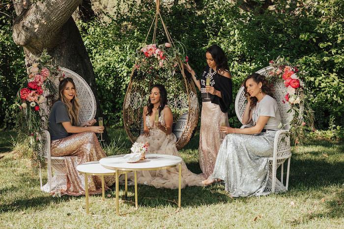 Junggesellenabschied im Freien planen, Dresscode Glitter, Deko aus echten Blumen, elegante Outfits