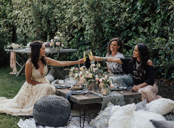 Gartenparty für die Braut organisieren, Tischdeko aus echten Blumen, lange Kleider mit Glitzer