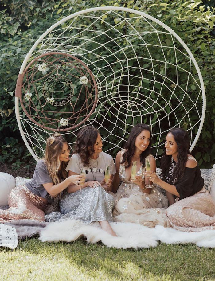 Gartenparty für die Braut organisieren, riesiger Traumfänger als Dekoelement, Kleider und Röcke mit Glitzer