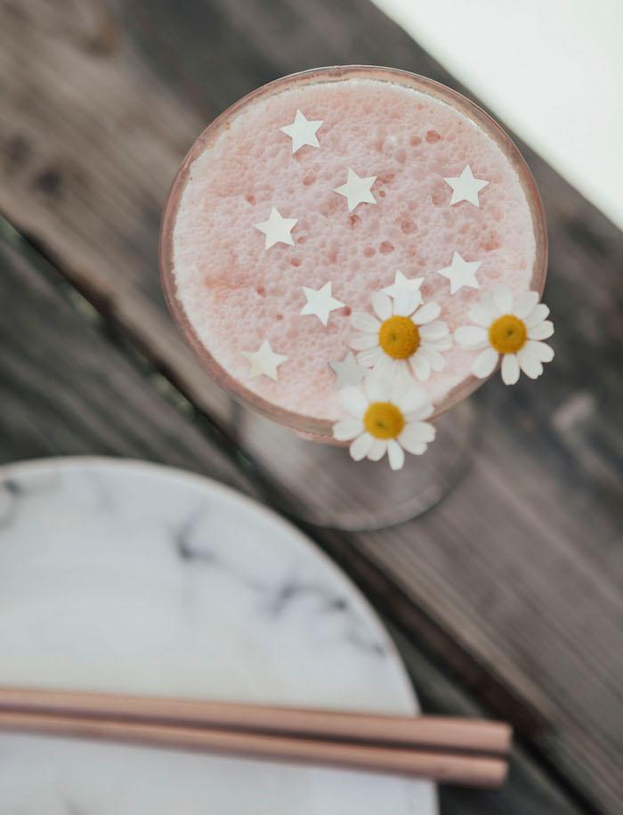 Junggesellenabschied Getränke für die Gäste, Cocktail mit kleinen Sternchen und weißen Blüten