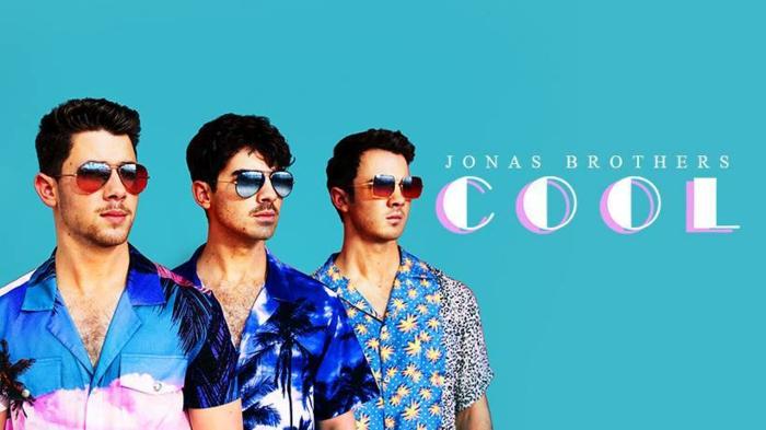 Jonas Brothers zeigen das neue Musikvideo von dem Lied Cool, Foto auf blauem Hintergrund