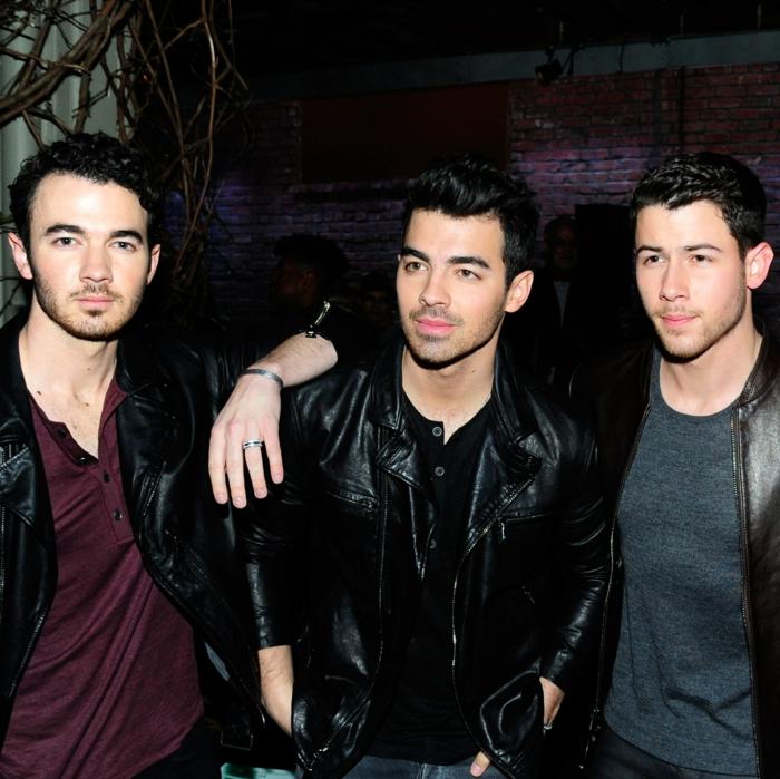 Jonas Brothers mit coolen Klamotten, Lederjacken und bunten T-shirts, sie sind wieder zusammen