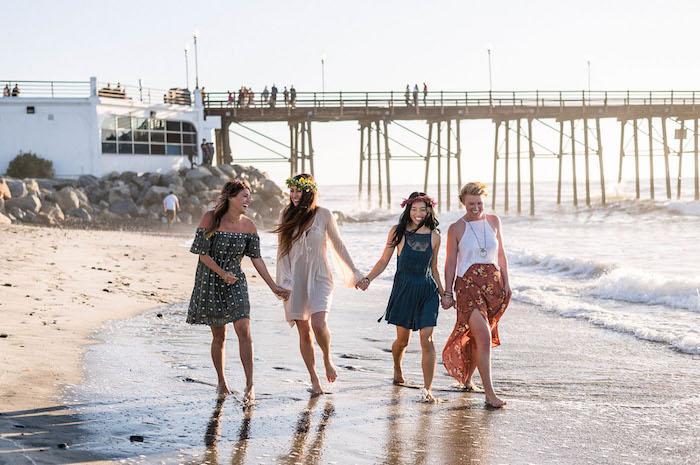 Junggesellenabschied auf dem Strand, lässige Sommer Outfits und Kränze aus echten Blumen