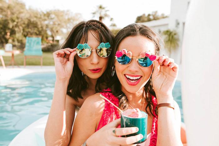 Sommer Party Ideen, Eis mit Freundinnen genießen, Sonnenbrillen mit kleinen Rosen, Pool Party