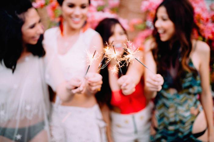 Coole Ideen für unvergesslichen Junggesellenabschied mit besten Freundinnen, Musik Tänze und Feuerwerke