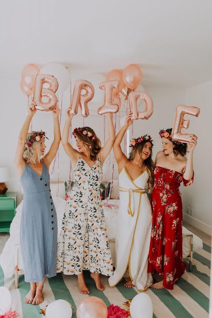 Junggesellenabschied Ideen zum Inspirieren, lange Kleider mit Blumenmuster, aufblasbare Aufschrift Bride