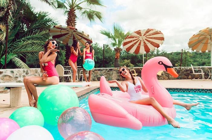 Pool Party mit Freundinnen, riesige aufblasbare Flamingo, Bikini Party zum Junggesellenabschied