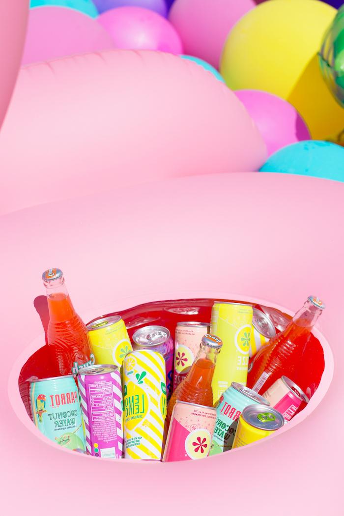 Riesige aufblasbare Flamingo mit erfrischenden Getränken füllen, coole Partyidee zum Nachmachen