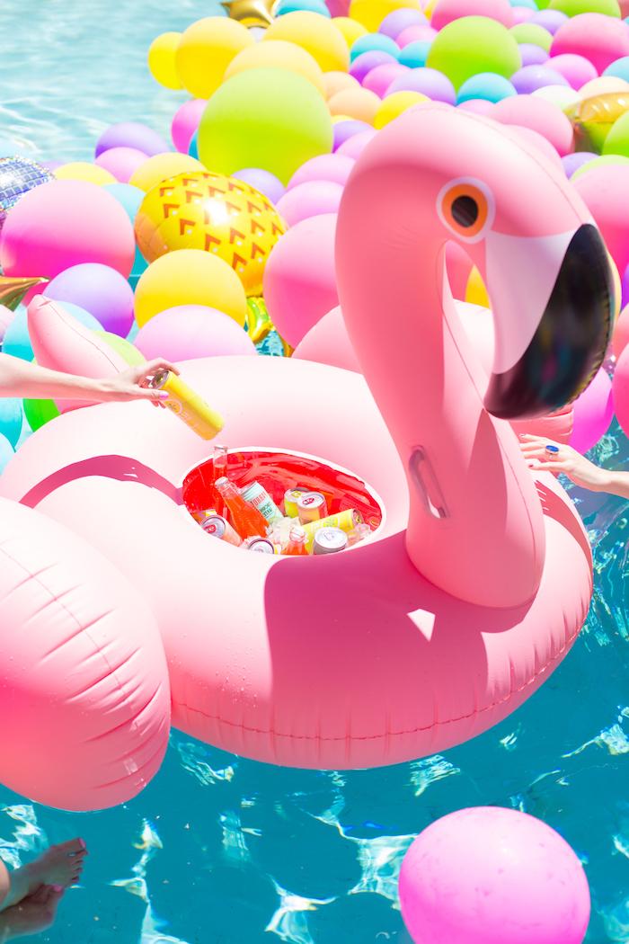 Coole Party Idee zum Nachmachen, aufblasbare Flamingo mit Getränken und Eis füllen