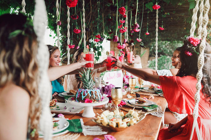 Tropische Party mit besten Freundinnen vor der Hochzeit, Häppchen aus Zitrusfrüchten und tropische Cocktails