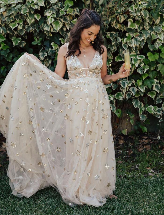 Party Outfit für Junggesellenabschied, langes Kleid in Beige mi kleinen Sternen, halboffene gewellte Haare