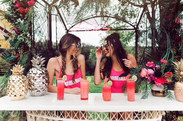 Junggesellenabschied Party mit Freundinnen planen, Bikini Party mit Cocktails
