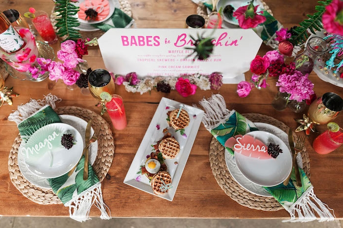 Tropische Party mit Partyhäppchen und vielen Blumen, erfrischende Cocktails und Mini Waffeln mit Füllung