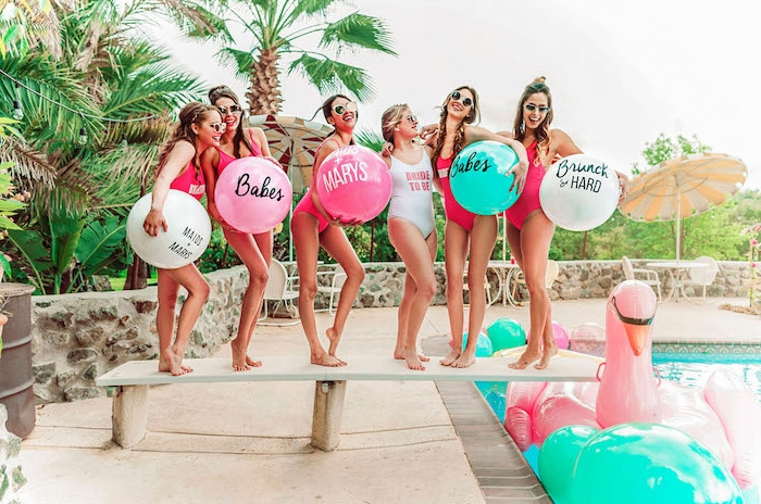 Pool Party mit besten Freundinnen, Sommer Party organisieren, coole Junggesellenabschied Idee
