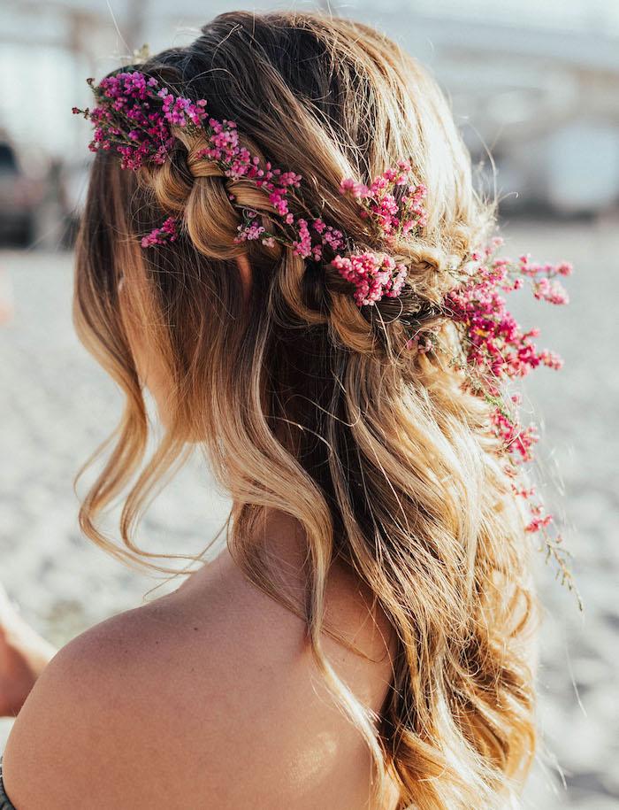 Frisuren für Junggesellenabschied, echte Blumen im Haar, halboffene gewellte Haare, schöne Flechtfrisur