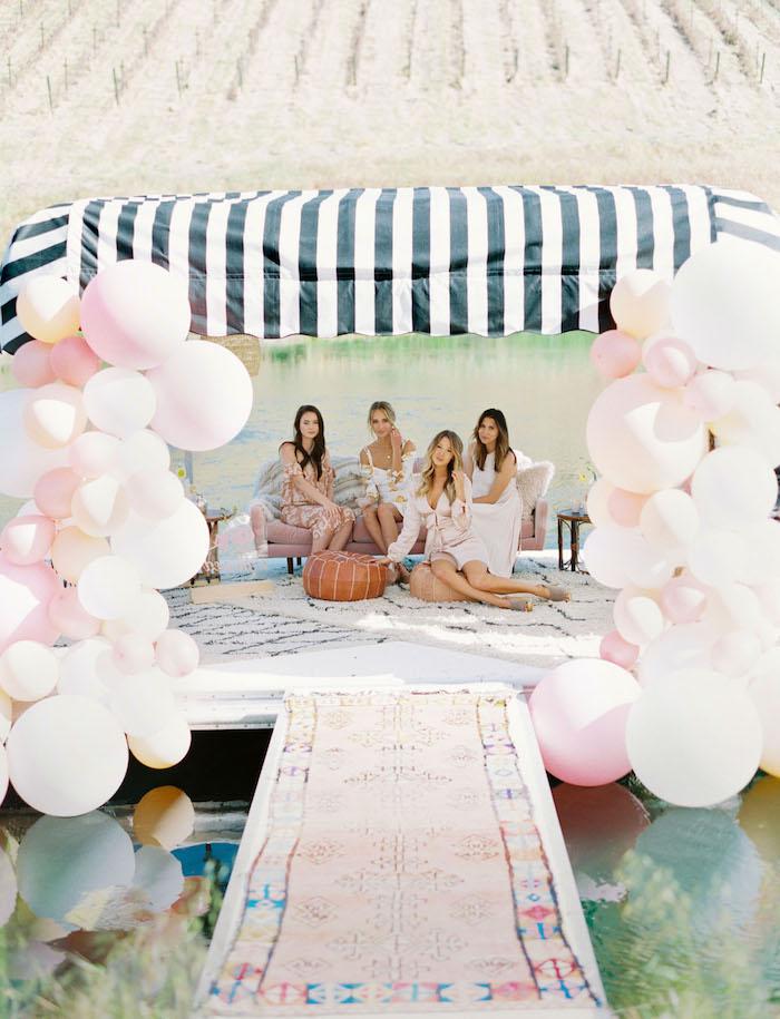 Junggesellenabschied unter freiem Himmel, Deko aus vielen Ballons, Party Farben Rosa und Weiß