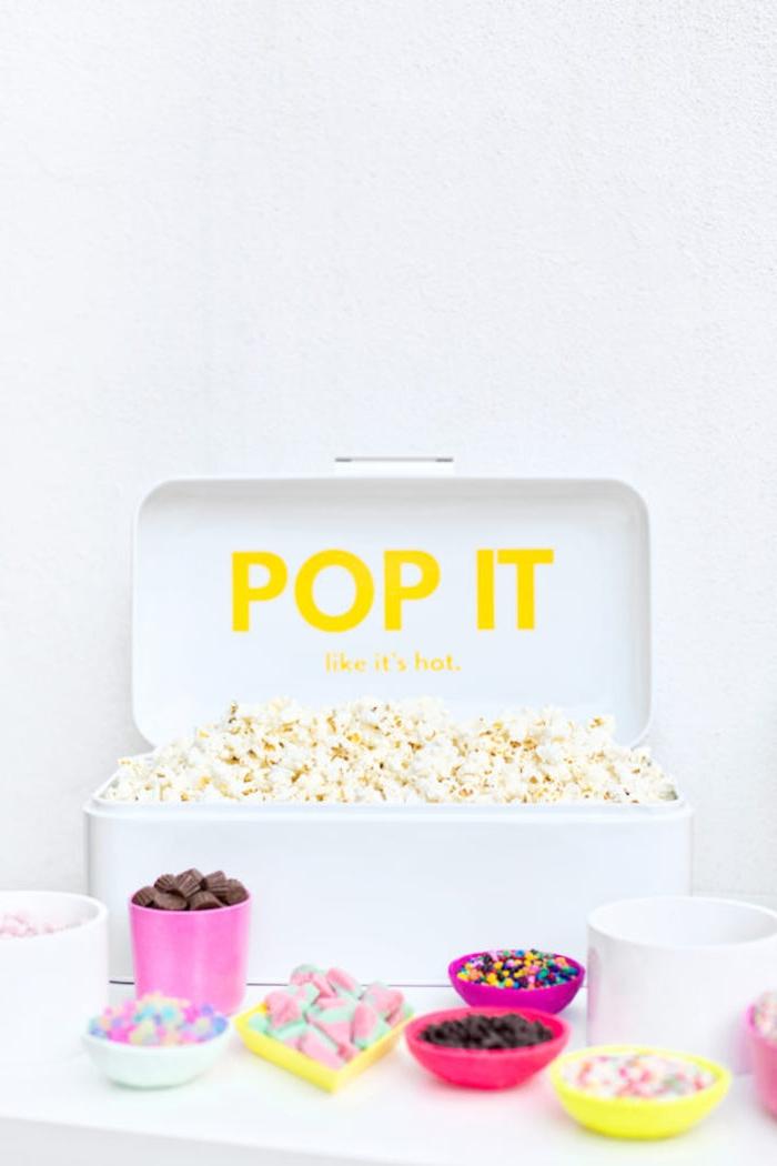 Popcorn Party organisieren, Junggesellenabschied mal anders, Pralinen Marshmallows in kleinen Schüsseln