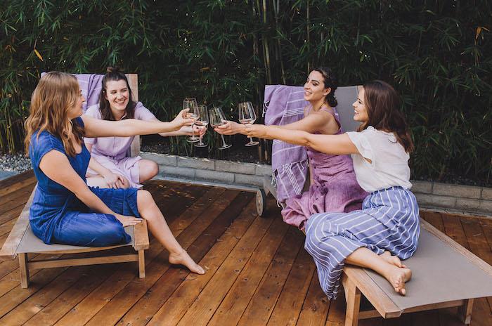 Spa Party mit besten Freundinnen, Idee für Junggesellenabschied mal anders, in Lila
