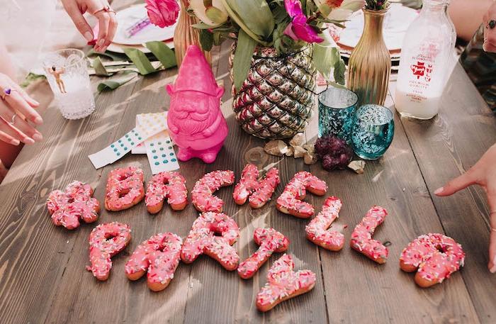 Die besten Junggesellenabschied Ideen, Donuts mit Erdbeerglasur und Zuckerstreuseln in Form von buchstaben, mit Buchstaben Bachella Party schreiben