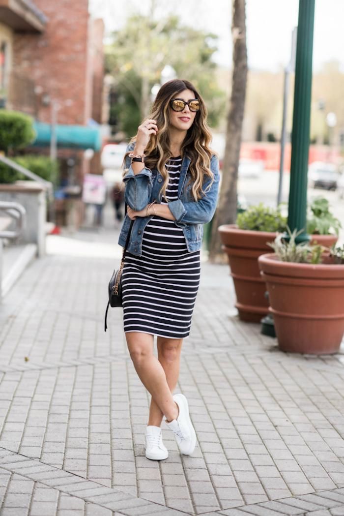 Gestreiftes Umstandskleid in Schwarz und Weiß, Denim Jacke und weiße Sneaker, offene gewellte Haare