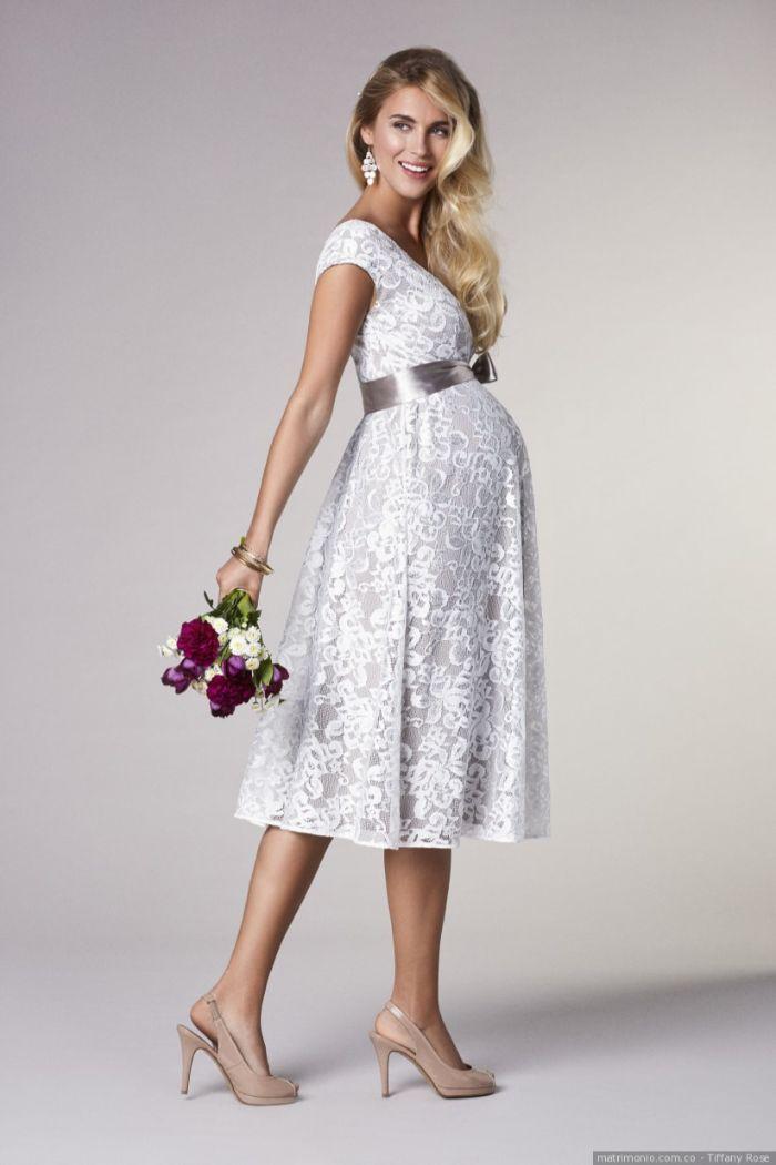 schöne hochzeitskleider für schwangere, hellblaues kleid, eine schleife um der taille über den babybauch, lila und weiß brautstrauß