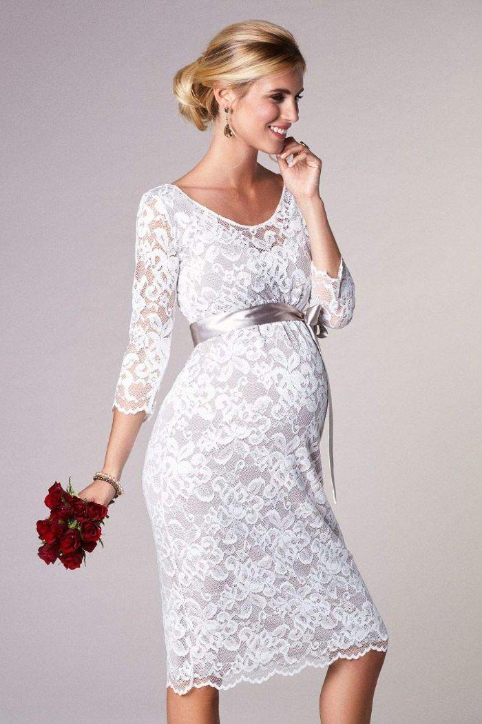 schöne hochzeitskleider aus elastischem spitzestoff mit einer schleife pber dem bauch, taille unterstreichen, rote rosen