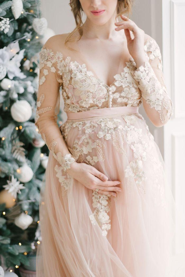 schöne hochzeitskleider, brautkleid standesamt winter, hellrosa kleid mit spitze elemente großes decolette