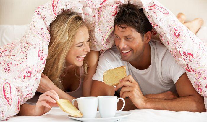 kleines geschenk für freund, mann und frau genießen einfaches frühstück im bett, kaffee und brot