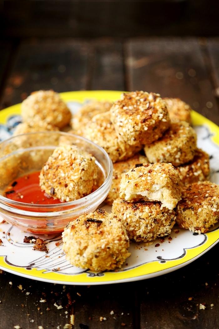 kleinigkeiten zum esssen für gäste, häppchen mit vegan käse und sesamsamen, schnelle zubereitung