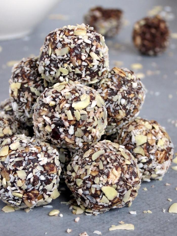 kleinigkeiten zum essen für gäste, süße häppchen it vegan schokolade, rosinen und nüssen