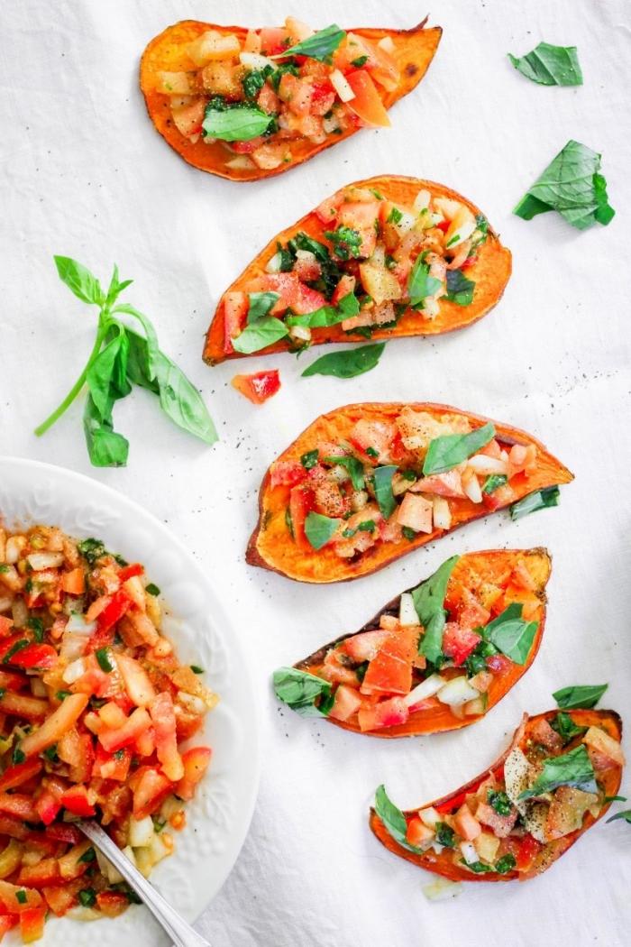 kleinigkeiten zum esssen für gäste, snacks aus süßen kartoffeln mit tomatensalza als topping