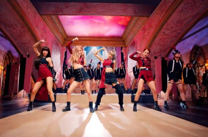 die vier Mädchen tanzen mit roten Outfits auf der Bühne, koreanische Mädchenband