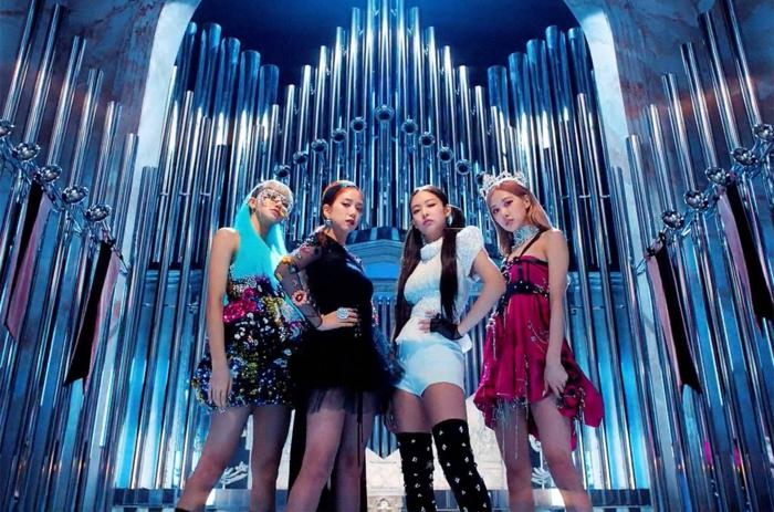 vier Mädchen aus Korea, koreanische Mädchenband mit deren erfolgreichen Single Kill this love
