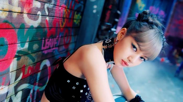 ein Mädchen aus dem Band mit Street Kleidern, Graffity, moderne Frisur, koreanische Mädchenband