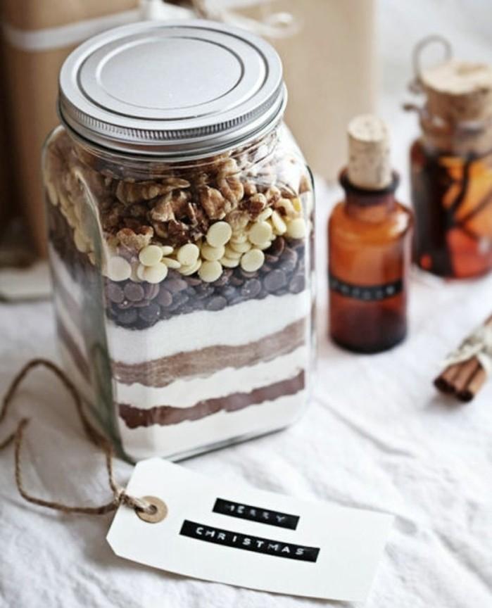 geburtstagsgeschenke selber machen, einmachglas mit den zutaten für einen kuchen füllen, schokolade schwarz, weiß, schichten ordnen