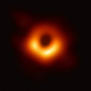 Erstes Bild von einem schwarzen Loch