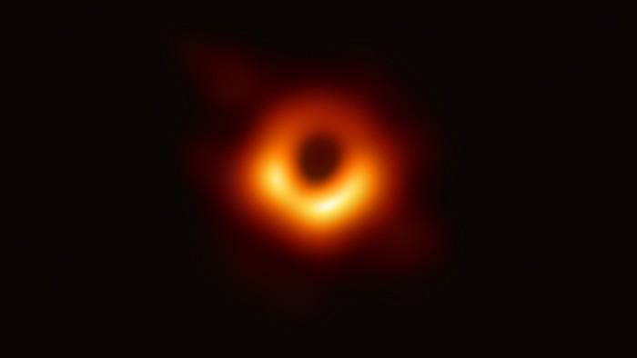 erstes bild eines schwarzen lochs mit einem event horizon aus orangem licht