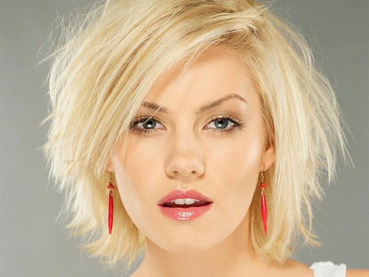 long bob blond idee mit gestuftem haar, pony seitlich stylen wie in einem modemagazin