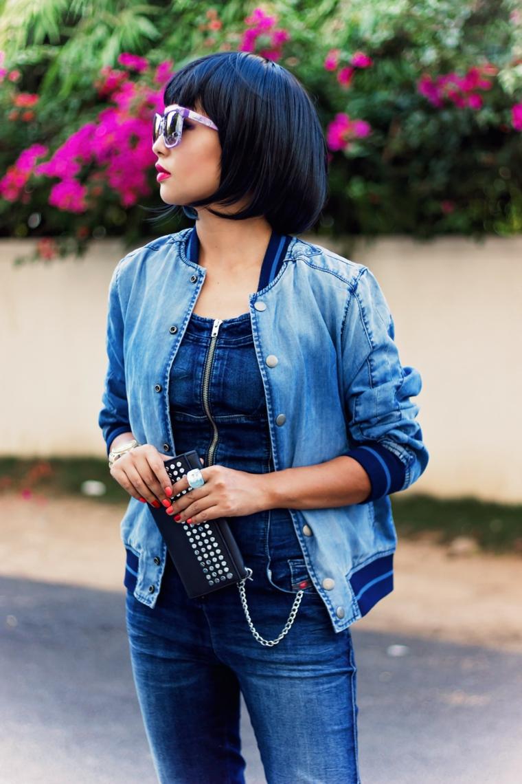 bob frisuren 2017, kurze schwarze haare, jeans outfit, jeansjacke, schwarze tasche mit silbernen elementen deko