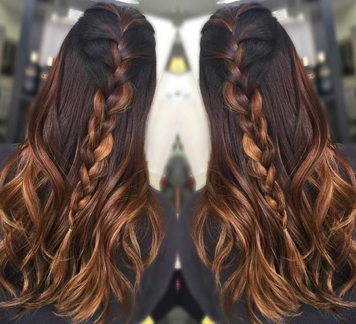 braune haare mit strähnen, zopf frisur, die die verschiedenen farbnuancen zeigt und unterscheidet