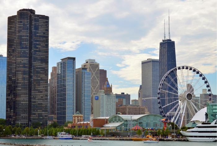 ein schönes Foto von Chicago mit einem Risenrad, am Mittag, die Stadt von Lori Lightfoot