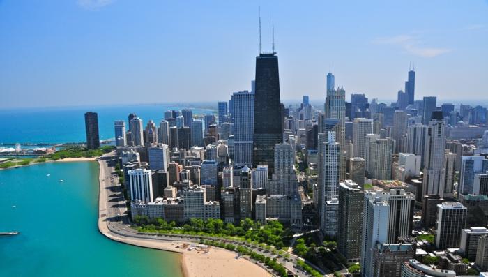 ein wunderschönes Bild von Chicago mit seinen Hochhäusern, blauer Himmel und blaues Wasser