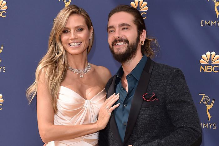eine frau mit langem blonden haar und einer weißer halskette, hand mit ring, das model heidi klum, mann mit bart und dunkelblauen hemd