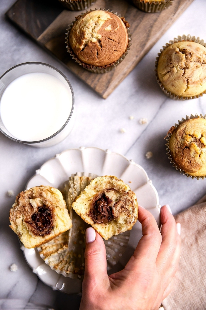 marmor muffins kindergeburtstag, zweifarbige cupcakes mit schokoalde in der mitte