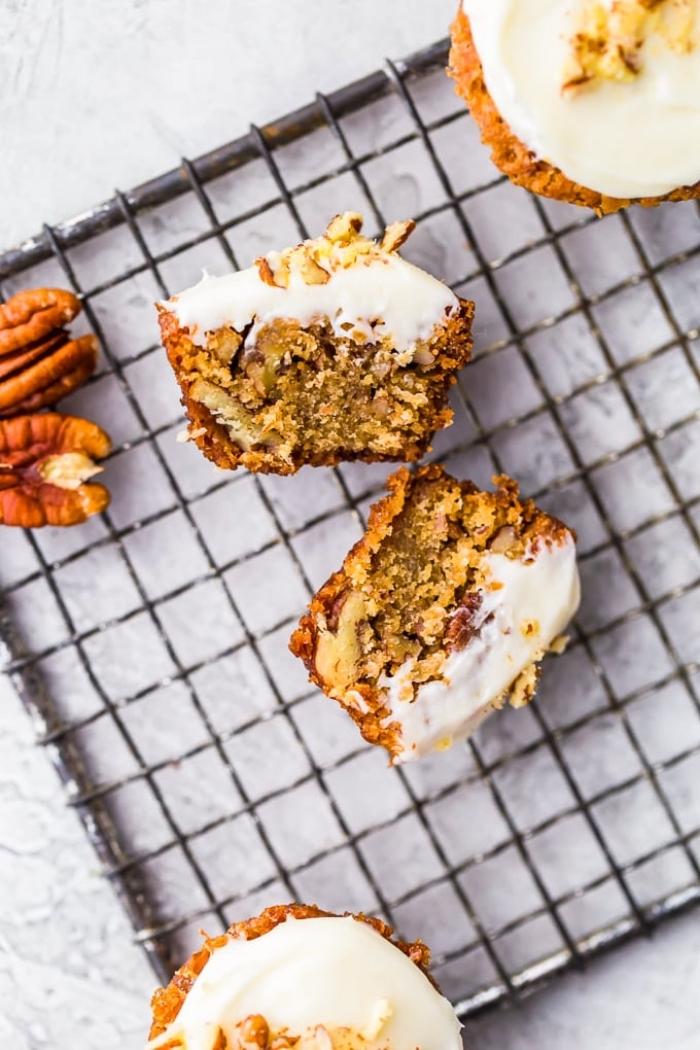 mini muffins rezept, cupcakes mit kprbis und pekannüssen, weiße creme mit vanilie